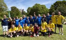 Toppolitiker spelar fotboll med ungdomar med en utvecklingstörning under Almedalen