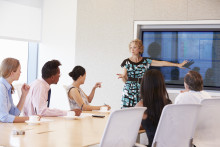 Skjermer erstatter projektoren i møterommet