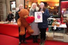 Bärenherz-Weihnachtsbasar in der Mädler-Passage: Bärenherz-Briefmarke wird vorgestellt