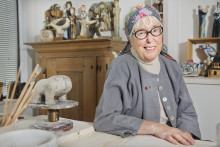 Nu startar Alla barnhjärtans månad: Keramikern Lisa Larson gör pins för hjärtebarn