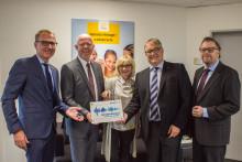Regionspräsident Hauke Jagau überreicht Cochlear Hörregions-Plakette