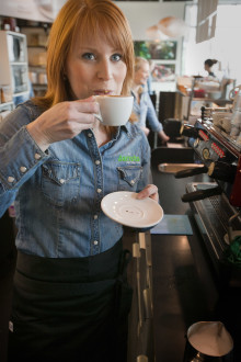 Annie Lööf gör löv i latten på Barista