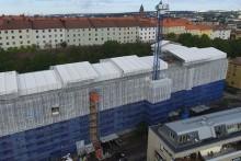 Platsbyggd kran och uppsågat garagetak vid om- och nybyggnadsprojekt i Göteborg