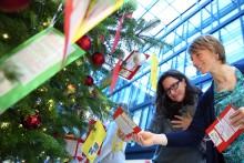 Santander Wunschbaumaktion:  Mitarbeiter beschenken 400 Kinder