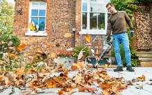 Fåordig lövblås med kraft underhåller din trädgård