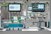 Industry 4.0: Multi-touchscreen assistant for ease of operation