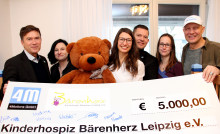 4Motions GmbH spendet 5000 Euro: Ex-Boxprofi Axel Schulz bringt Fröhlichkeit mit