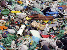 Utställning visar plastproblem i haven