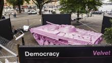 Rosa stridsvagn intar Raoul Wallenbergs Torg, i demokratins namn
