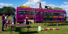 Rosa Bussarna ger bort resor i sommar!