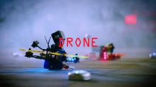 Nézze meg a világ legjobb drónpilótáinak mutatványát, amiben egy füstölgő Mustang, egy driftelő Focus RS  és egy robot is szerepet kap