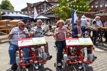 """""""Wir sind mit´ m Radl da"""": Die Sparkassenstiftung Kaarst-Büttgen übergab am Samstag dem Vinzenz-Haus zwei """"Dreirad-Tandems"""""""