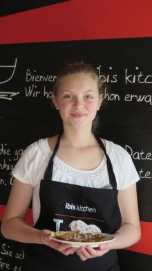 """Sozialer Tag im ibis Hamburg Airport - Gymnasiastin Felina arbeitet für die Initiative """"Schüler helfen leben"""""""