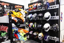 Motorsport-tuotteiden myyjä All Right Europe avaa uuden myymälän Vantaalla