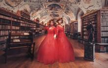 Dragqueens berättar sagor på Stadsbiblioteket