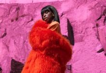 """Sabina Ddumba släpper spektakulär musikvideo till """"Small World"""""""
