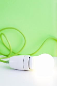 """Sandviken Energi skänker bort LED-lampor på Elens dag  """"Passa på att byta din glödlampa mot en miljövänlig LED-lampa"""""""