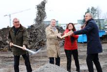 Spaden i marken för nya skolan i Järvastaden