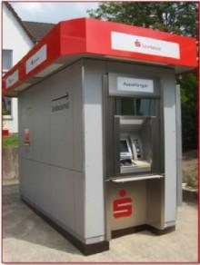Nach der Sprengung durch Kriminelle gibt es wieder einen Geldautomaten der Sparkasse Neuss in Neuenhausen.