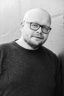 """Sterkt om klassereise og utanforskap i ny bok; """"Mjøsa rundt med mor. Ei livsreise"""" av Bjørn Hatterud"""