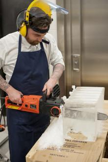 Scandic Grand Centrals Daniel Hermansson plockar fram motorsågen - isblock för kalla sommardrinkar