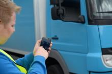 Med TIS-Web Fleet-appen kan föraren sköta jobbet från sin smarttelefon