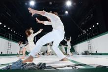 Prävention vor Rehabilitation: Osteopathie für Profi-Tänzer / Osteopath Andreas Hempel betreut Ensemble des Tanztheaters Kassel