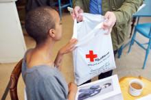 Röda Korset vill ha Carl Bildts råttkavaj till humanitärt arbete