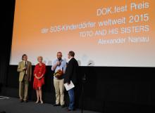 """SOS-Dokumentarfilmpreis für """"Toto and his sisters"""" Rumänischer Filmemacher Alexander Nanau bei DOK.fest ausgezeichnet"""