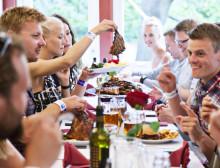 Sveriges nationaldag på Bakken till svenska priser