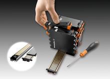 Universell montageskenebuss för elektronikkapslingar