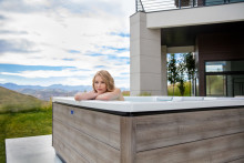 Modernes, europäisches Design im natürlichen Look – Außenwhirlpools Just Silence und Just Silence Compact jetzt im neuen Farbton Timber