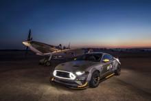 A Ford és Vaughn Gittin Jr. még meghajtják az Eagle Squadron Mustang GT-t a goodwoodi égbolt alatt, mielőtt elárvereznék az AirVenture jótékonysági aukción