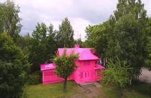 Världskonstnären OLEK virkade in en hel villa i Avesta