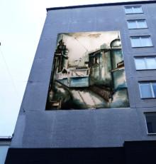 Vinnande konstverk målad av arbetslösa ungdomar hängs upp på Andra Långgatan