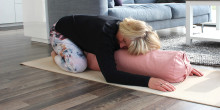 Lindra PMS och klimakteriebesvär med helande yoga