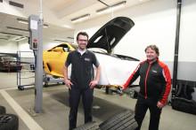Racingtekniker utför LFA-service på plats