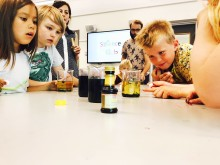 Elever experimenterar på Vittra Brotorps Science Club