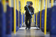 MTR förbereder städning av tunnelbanetåg i egen regi