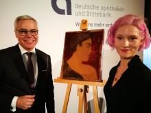 Klara Virnich erhält das Kunststipendium der apoBank