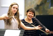 """""""Inte bara en söt flicka på podiet"""" – Alice Farnham leder kvinnlig dirigentutbildning"""