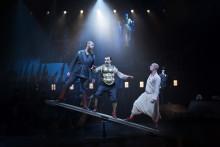 Höststorm höll på att stjälpa gästspelet men New York-publiken älskar Folkoperan och Cirkus Cirkörs Satyagraha.