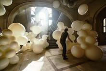 Novo anúncio Sony BRAVIA™ invade um casino abandonado com 4000 balões cheios de purpurinas