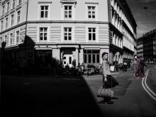 Världens första fotoutställning fotograferad av en bil – nu i Stockholm
