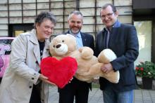 Farben Schultze GmbH übergibt 10.000 Euro an das Kinderhospiz Bärenherz