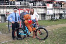 Bärenherz erhält Fahrrad aus der Asservatenkammer