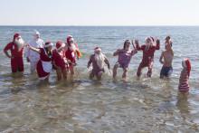 100 julemænd smider tøjet i sommervarmen