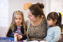 Staden vill behålla och locka fler till förskoleyrken