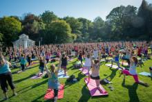 Yoga utomhus lockar hundratals till Botaniska trädgården 21 juni