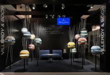 Lorsque la salle d'exposition se transforme en salon, avec des luminaires de haute qualité Artis et des meubles en Quaryl® fabriqués à partir des baignoires les plus vendues de Villeroy & Boch